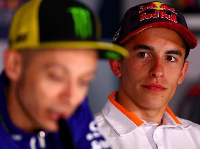 Marc Marquez bersama Valentino Rossi. (Foto: Dan Istitene/Getty Images)