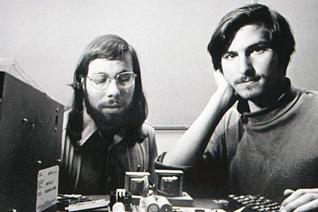 Steve Wozniak dan Steve Jobs, bermula dari sahabat dan akhirnya mendirikan Apple pada 1 April 1976. Foto: istimewa