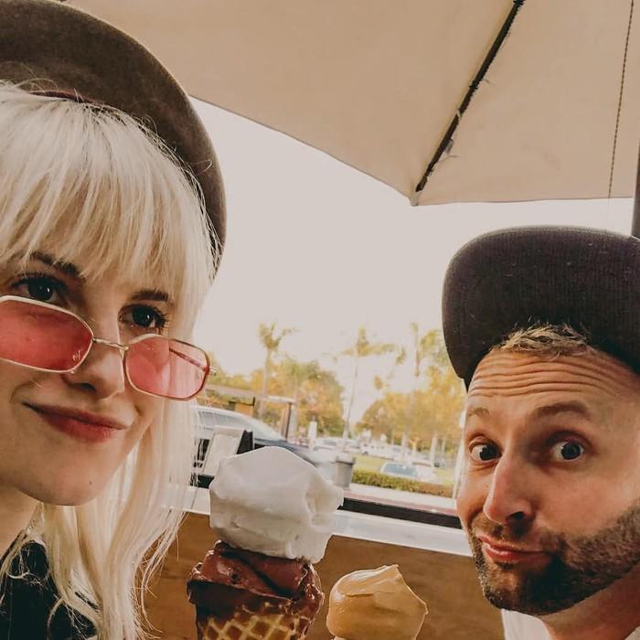 Pemilik nama lengkap Hayley Nichole Williams ini sama seperti wanita pada umumnya. Ia juga menyukai es krim. Waffle bertopping satu skop es krim cokelat dan vanilla jadi pilihannya kala itu. Foto: Istimewa