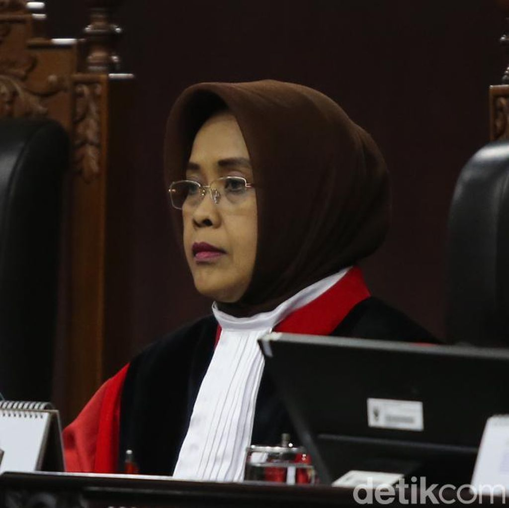 Hakim MK Tegur Pengacara karena Bolak-balik Kertas Jawaban Gugatan