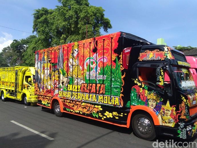 Puluhan Truk Cakep Mejeng di Jalanan Yogyakarta