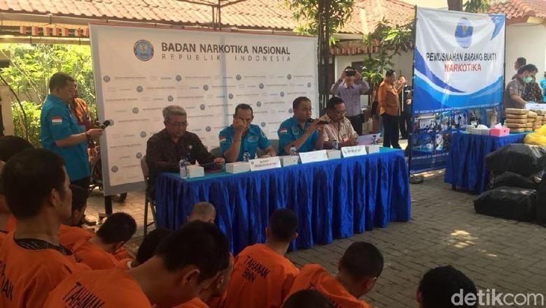 BNN Musnahkan 201 Kg Ganja dan Puluhan Liter Bahan Baku Narkotika