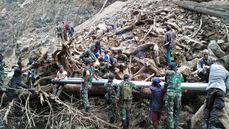 TNI Bantu Kesulitan Air Bersih Warga Lombok
