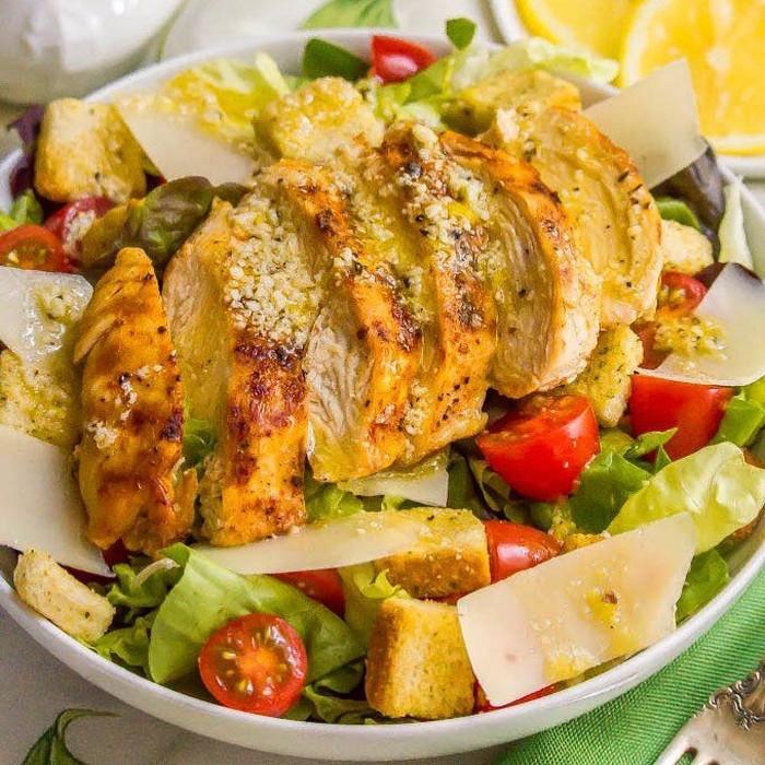 Salad klasik yang satu ini cocok sebagai menu makan siang sehat. Seperti menu @familyfoodonthetable, yang menggabungkan ayam panggang dengan tomat cherry ke dalam caesar saladnya. Foto: Instagram
