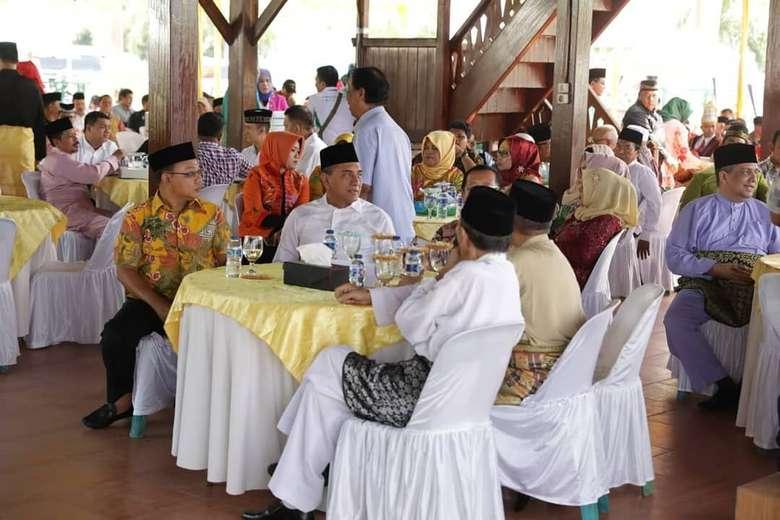 Kalau ini momen saat Edy menikmati jamuan makan di tengah masyarakat Binjai. Ia berkumpul di Balai Adat Melayu. Foto: Instagram edy_rahmayadi