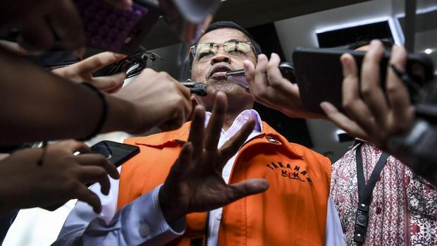 Tersangka kasus PLTU Riau sekaligus mantan Mensos Idrus Marham seusai diperiksa di gedung KPK, Jakarta, Jumat (7/9).