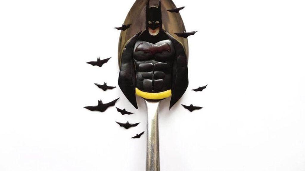 Keren! 10 Seni di Atas Sendok Ini Tampilkan Sosok Batman hingga Mr. Bean