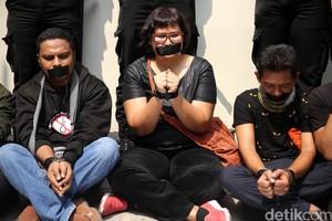 Aksi Tutup Mulut Wartawan saat Demo di Kedubes Myanmar