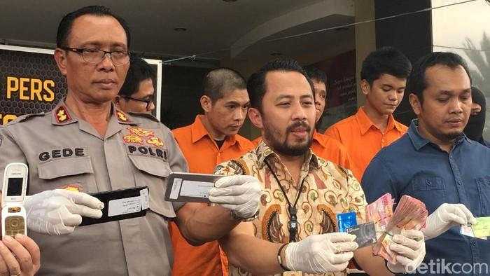 Foto: Para pelaku dan barang bukti yang ditangkap (Arief-detik)