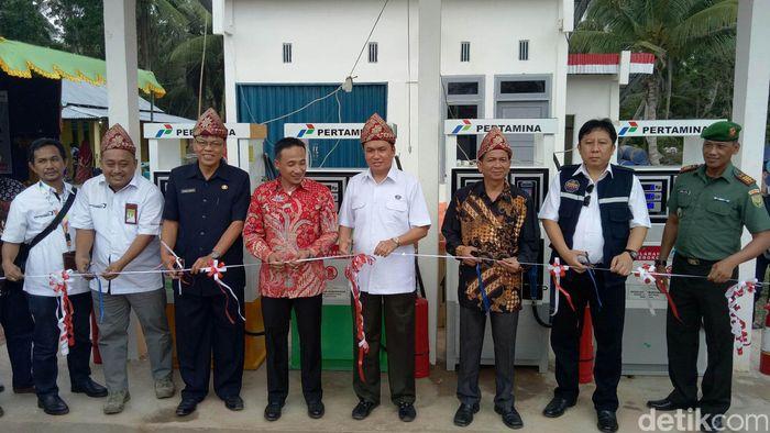 Pemotongan pita sebagai tanda diresmikannya Unit pengisian BBM Satu Harga di Sumatera Selatan.