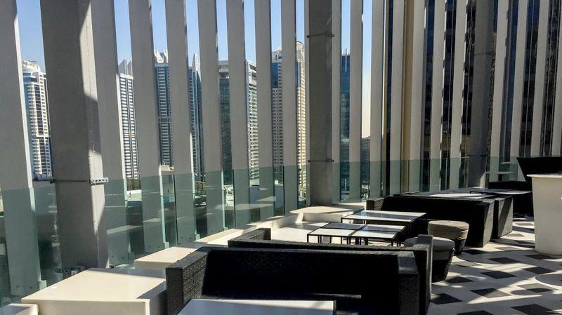 Pemandangan Dubai Marina yang menawan paling asyik dilihat dari Atelier M. Rooftop lounge ini juga menyajikan menu Mediterania yang lezat lho (Atelier M)