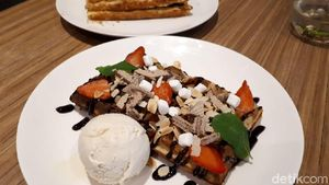 Prince House: Ngemil Belgian Waffle Bertopping Strawberry hingga Smoked Beef