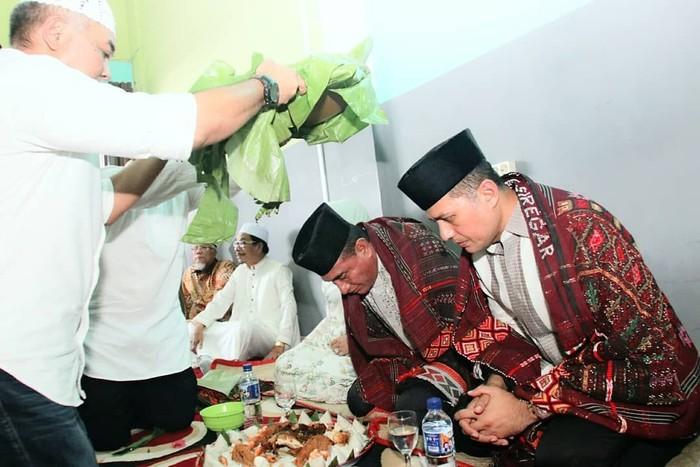 Bersama wakil gubernur Sumatera Utara, Musa Rajekshah, Edy sempat halal bihalal di Medan. Mereka jalani tradisi adat dengan suguhan makanan di depannya. Foto: Instagram edy_rahmayadi