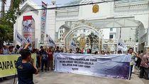 Hari Pertama Ngantor, Gubernur Sumut Disambut Demo Walhi