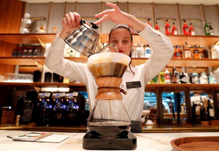 Seorang karyawan menyiapkan kopi di dalam Starbucks Roastery flagship baru di pusat kota Milan, Italia, 4 September 2018. Stefano Rellandini/Reuters.