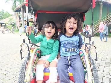 Tawa ceria Juna ketika naik becak bareng saudaranya. (Foto: Instagram/ @kartikaputriworld)