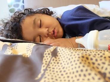 Pipi gembil dan rambut kriwil bikin Juna yang sedang tertidur makin menggemaskan! (Foto: Instagram/ @kartikaputriworld)