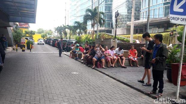 Warga berkumpul di parkiran.