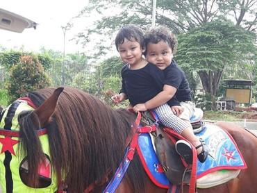 Aih, happy banget nih yang sedang naik kuda. Ekspresimu itu lho, Juna, bikin gemas! (Foto: Instagram/ @kartikaputriworld)