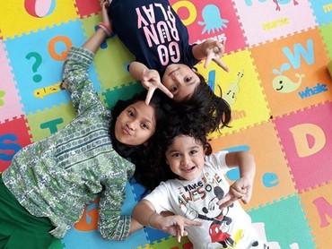 Sepertianak-anak lain, Juna bahagia banget saat main bareng teman dan saudaranya. (Foto: Instagram/ @kartikaputriworld)