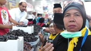 Jemaah Haji Indonesia Serbu Kebun Kurma di Madinah