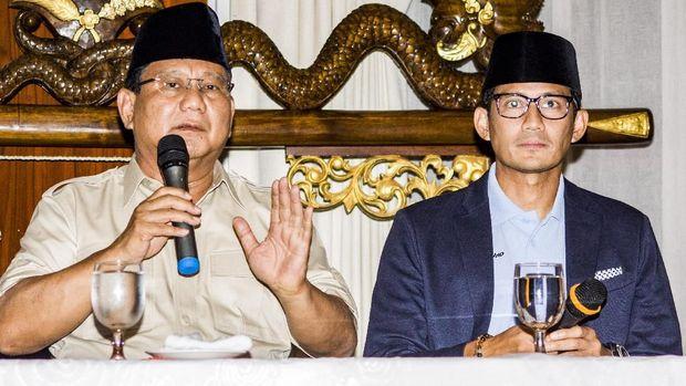 Pasangan bakal calon presiden-wakil presiden Prabowo Subianto (kiri) dan Sandiaga Uno (kanan), di Jalan Kertanegara, Jakarta, Jumat (7/9).