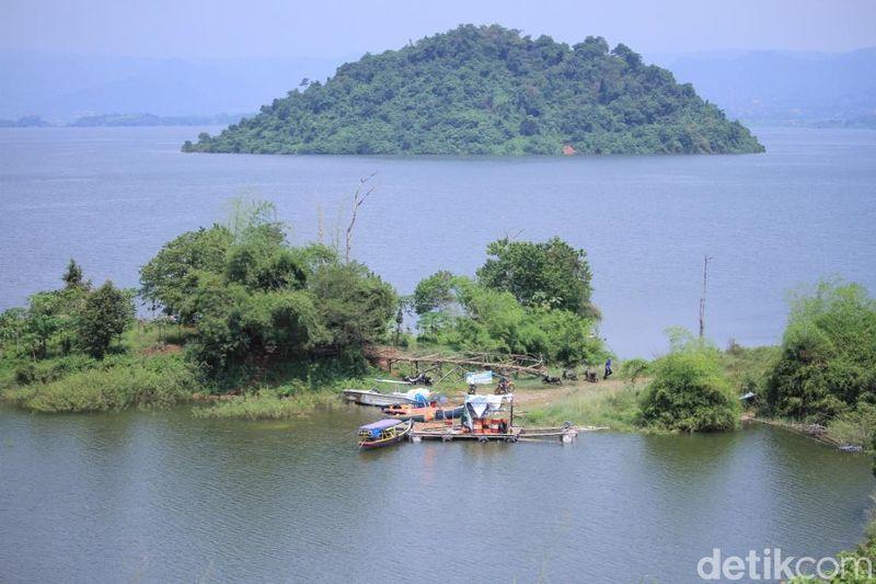 Selain menjadi tempat penampungan air, Waduk Jatigede juga menjadi sarana irigasi dan Pembangkit Listrik Tenaga Air (PLTA). Selain itu, Waduk Jatigede juga menjadi tempat budidaya perikanan. (Wisma Putra/detikTravel)