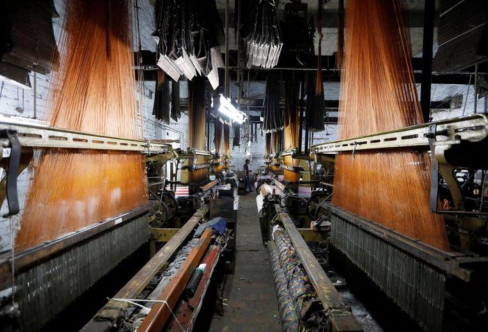 Penutupan terjadi karena gejolak ekonomi, kebijakan pajak, hingga efisiensi oleh pemerintah yang menyebabkan usaha tekstil gulung tikar dan menyebabkan ratusan pegawai kehilangan pekerjaan. Adnan Abidi/Reuters.