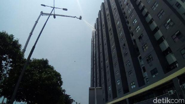 Proses pemadaman kebakaran di lantai 25 Apartemen Laguna, Pluit.