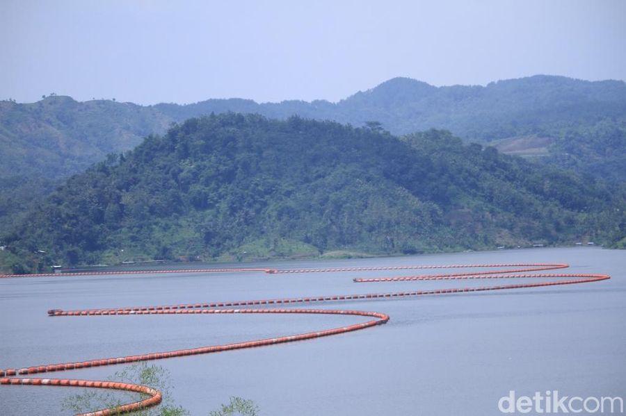 Waduk Jatigede merupakan waduk terbesar ke dua di Indonesia yang berada di Kabupaten Sumedang, Jawa Barat. (Wisma Putra/detikTravel)