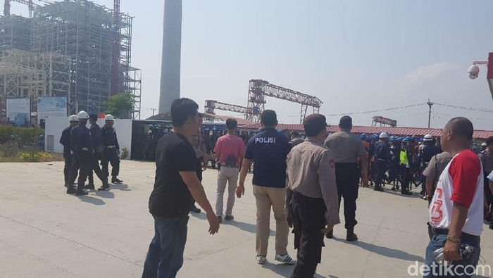 TKA China di Serang diamankan polisi setelah melakukan pemukulan ke pekerja lokal.