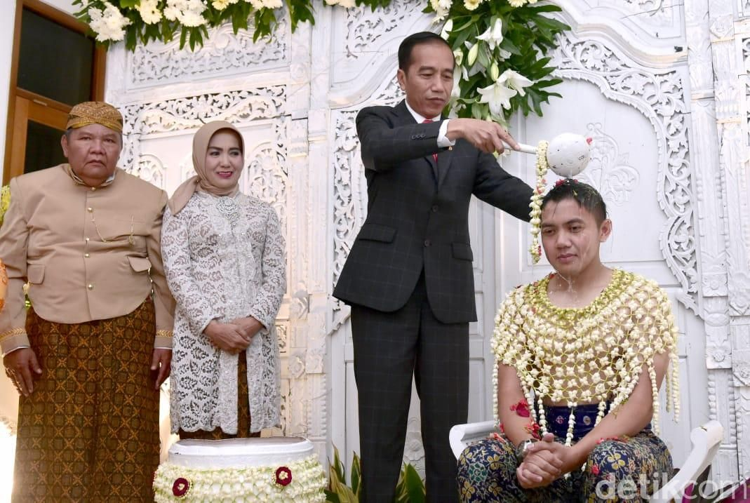Jokowi hadiri siraman dan pengajian asisten ajudannya, Teddy.