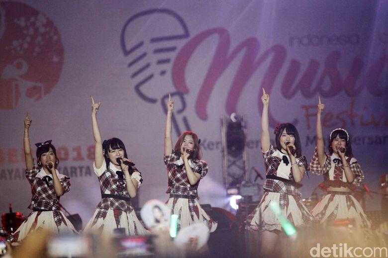 Idol Grup AKB48 tampil di festival musik Jak-Japan Matsuri yang digelar di Plaza Tenggara Gelora Bung Karno, Jakarta Pusat, Sabtu (8/9/2018) malam.