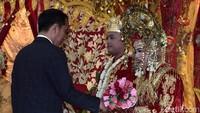 Momen Jokowi menyalami kedua mempelai. Sebelumnya, kehadiran Jokowi disambut langsung oleh Komandan Paspampres Mayjen TNI (Mar) Suhartono. (Foto: Kris - Biro Pers Setpres)