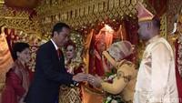 Kehadiran Jokowi mengundang kehebohan dari tamu undangan. Banyak tamu yang meminta bersalaman dan berswafoto. Jokowi pun meladeni permintaan para undangan. (Foto: Kris - Biro Pers Setpres)