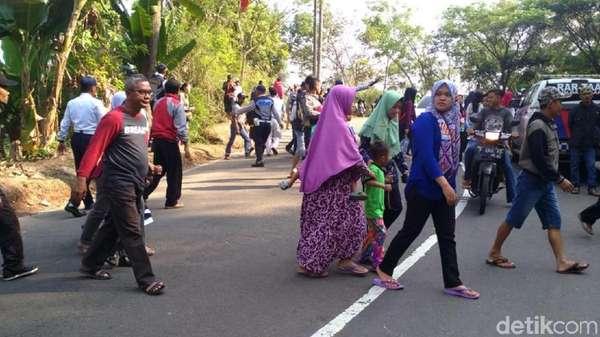 Penasaran, Warga Padati Lokasi Kecelakaan Bus Maut Sukabumi