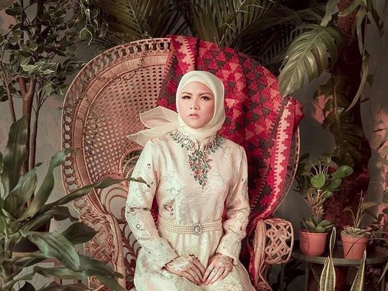 Berhijab, Evelyn Didoakan Segera Menikah
