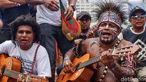 Korban PHK di Papua Ngamen di CFD Jakarta