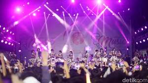 AKB48 Tampil Enerjik di Festival Musik Jak-Japan Matsuri