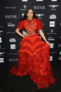 Cardi B berbalut gaun Dolce & Gabbana di acara Bazaar Icon Party dimana ia terlibat perkelahian dengan Nicki Minaj.