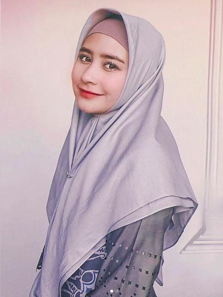 Dalam salah satu postingan Instagram Prilly Latuconsina, terlihat dirinya memposting menggunakan hijab. Hal tersebut disambut positif oleh sebagian selebritis. Di antaranya Zaskia Sungkar, Irwansyah dan Shireen Sungkar. Foto: Prilly Latuconsina (Instagram)