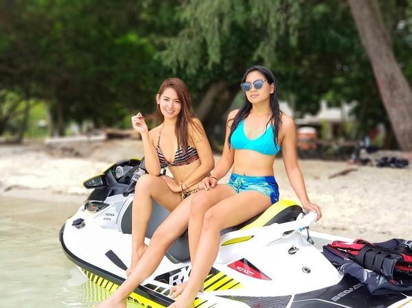 Kebetulan juga, Maria Selena main jet ski bareng teman-teman yang sama dengan Kevin. Ini saat Selena foto bareng Anindya Putri (Instagram/@mariaselena_)