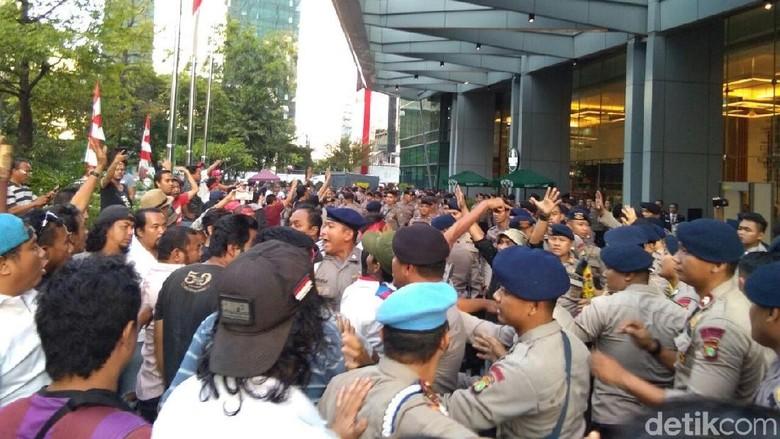 Sempat Ricuh, Massa yang Demo Kantor Grab Belum Bubar