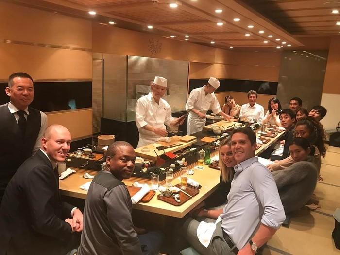 Mengajak rekan-rekannya untuk makan sushi khas Jepang, Naomi terlihat akrab ketika makan malam dengan hidangan dari sushi master. Foto: Instagram @naomiosakatennis