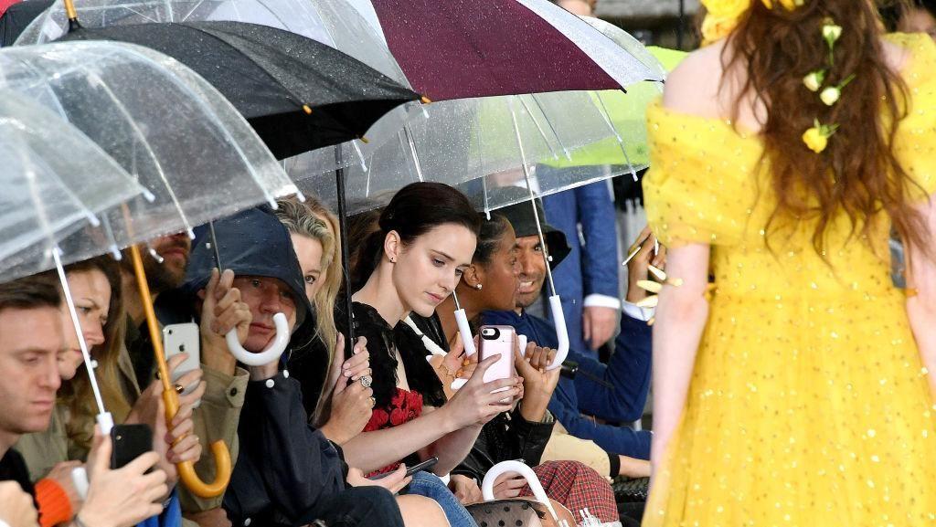 Jarang Terjadi, Nonton Fashion Show Sambil Payungan di New York Fashion Week