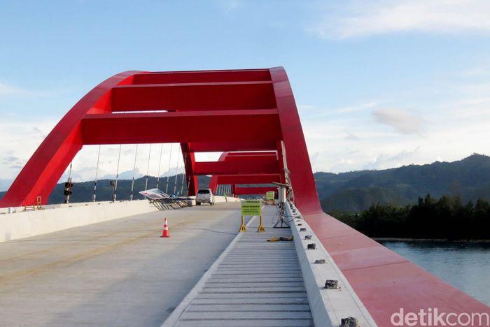 Pantauan detikFinance di lokasi, Kamis (7/9/2019) lalu, pembangunan Jembatan Holtekamp masih terus dikerjakan. Untuk bentang utama sepanjang 732 meter sudah tersambung seluruhnya. Hanya ada beberapa bagian dasar pengecoran jembatan yang masih perlu dirapikan.