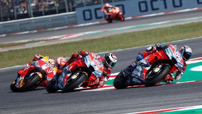 Marc Marquez (93), menguntit duo Ducati, Andrea Dovizioso (04) dan Jorge Lorenzo (99). (Foto: Max Rossi/ REUTERS)