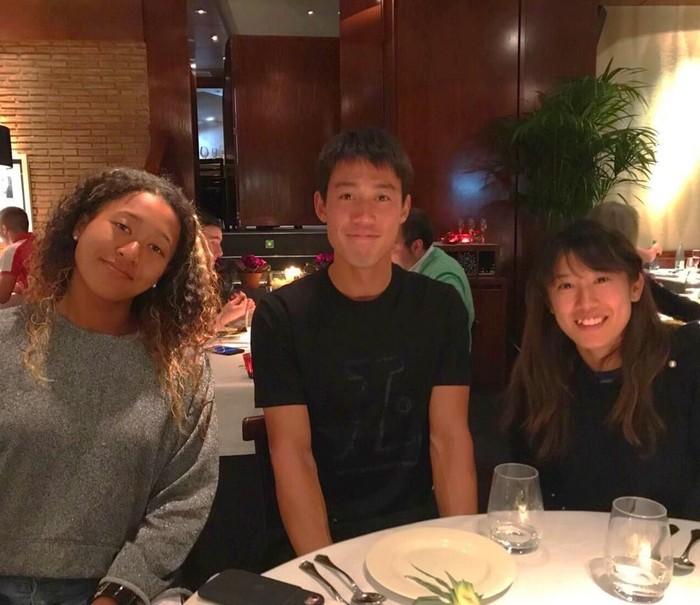 Memiliki segudang prestasi dalam usia yang masih muda, Naomi rupanya tetap sering makan dan ngumpul bersama teman-temannya. Foto: Instagram @naomiosakatennis