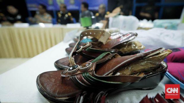 Sandal yang digunakan untuk menyamarkan pengiriman narkotika melalui pos.