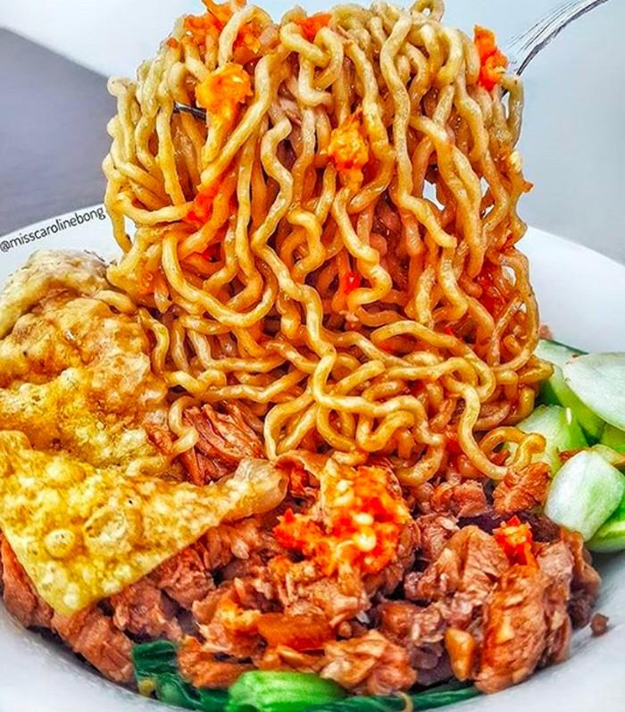 Siapa tak tergoda mie yamin di RM Akoen Kebon Jeruk ini? @misscarolinebong menikmatinya dengan pangsit goreng, limpahan daging ayam plus sambal. Foto:Instagram